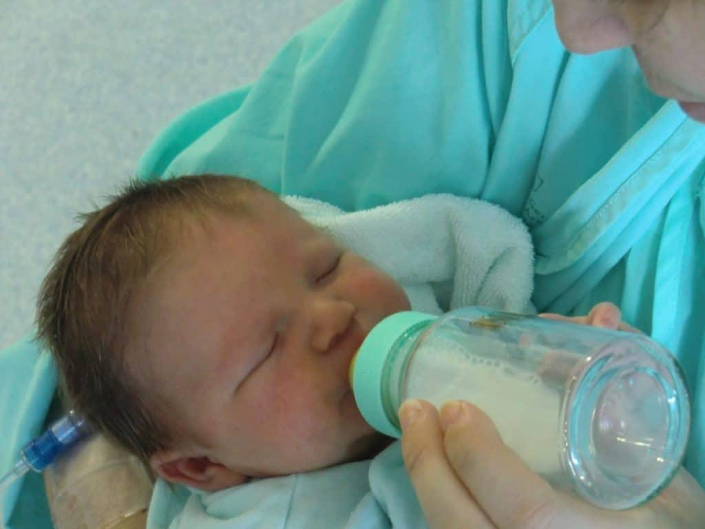 le premier biberon ou premier allaitement de bébé